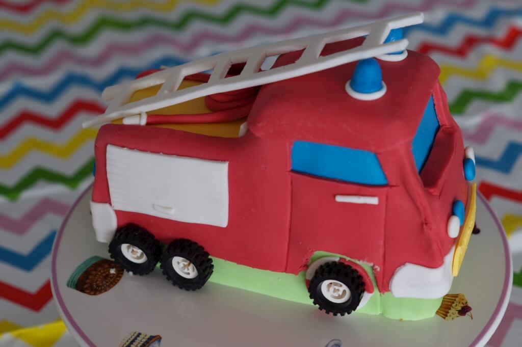 Taart in de vorm van een brandweerauto