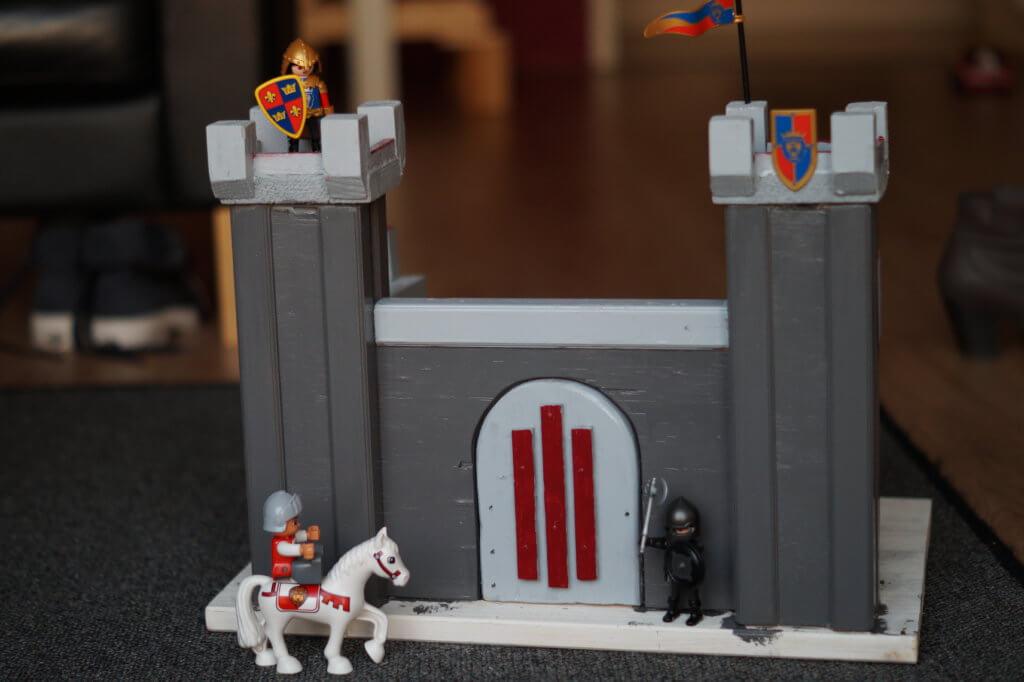 Playmobil ridder bij houten kasteel